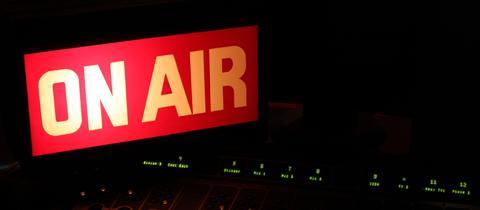 Im Radiostudio leuctet die rote OnAir Lampe